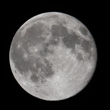 葉月の遠い月