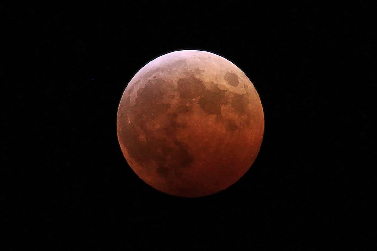 水の上の赤い月